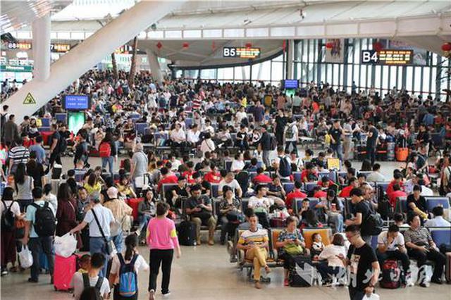 假期首日铁路迎出行高峰 武汉三大站送客31万人次
