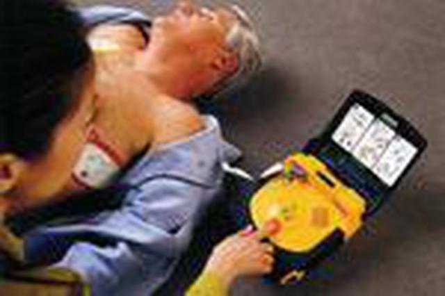 五旬男子心脏每分钟狂跳200次 医生用除颤仪电击救回