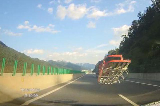 惊险!大货车铁栅栏突然脱落 飞出数十米砸中轿车