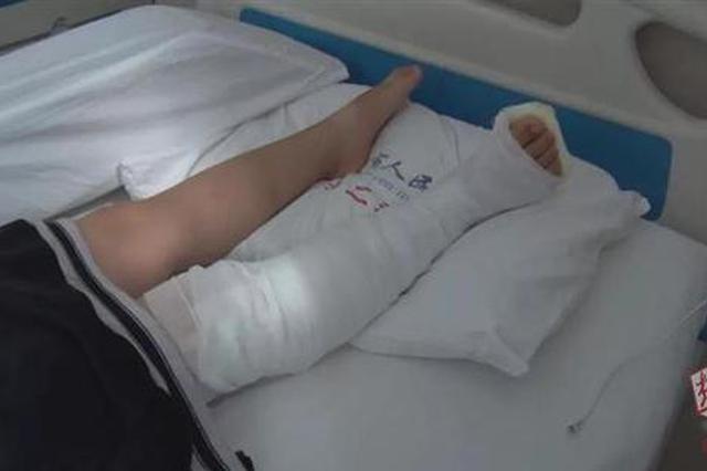荆州一小学生过马路被撞飞卷入车底 警民抬车救人