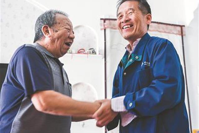 六旬老人与救命恩人重逢 49年前遇塌方被战士们救起