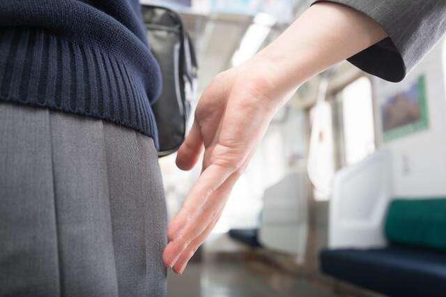 男子在火车站偷袭美女臀部 被铁路警方拘留5天