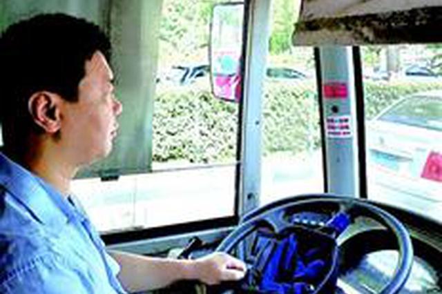 女子公交车上2次晕厥 公交司机抱送乘客奔急诊室