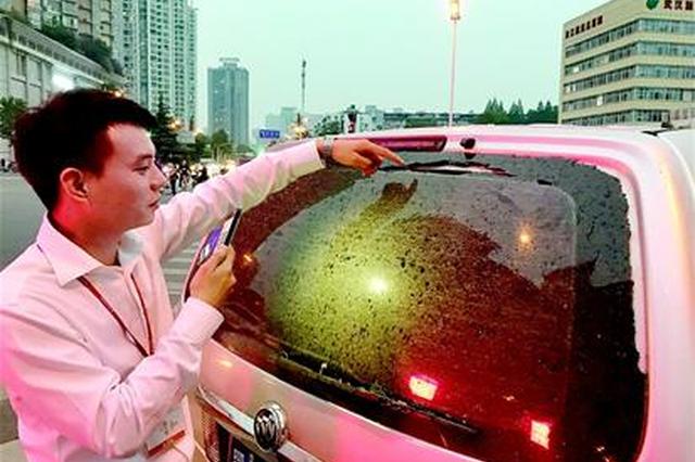 """武汉一200米高楼施工落""""玻璃雨""""砸伤6台车"""
