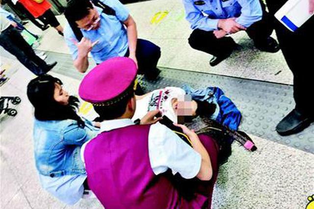 武汉地铁站内一孕妇晕倒 路过医生护士紧急救治
