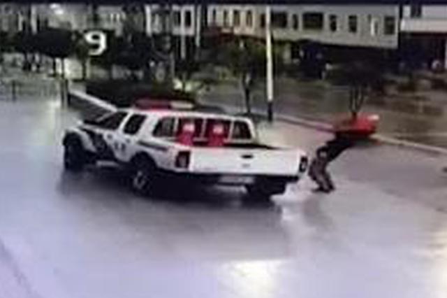 十堰一女子驾车发生事故车辆被扣 酒后打砸警车