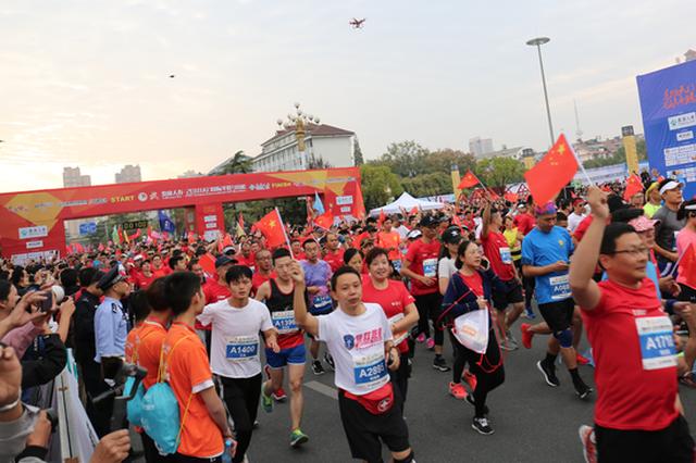 2018天门国际半程马拉松鸣枪开跑 万名选手参赛