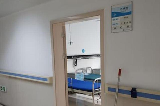 武汉一家医院病房电插口突然起火 现场冒出浓烟