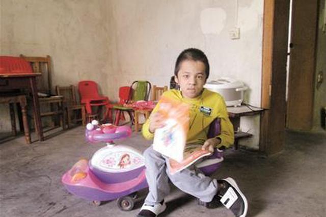 19岁瓷娃娃代步全靠童车 盼有轮椅出门看世界