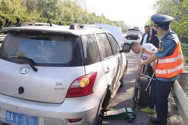 武汉一司机高速行车道换轮胎 路过车辆急刹避让