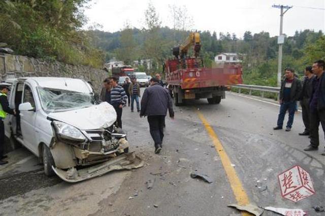 建始一任性大货车山路上变道 迎头撞上小车伤了5人
