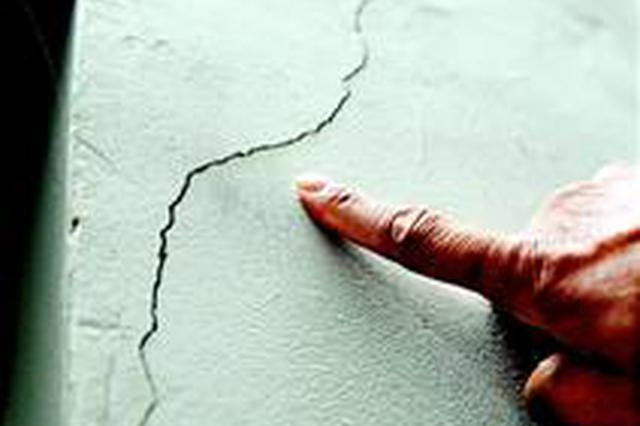 武汉四环线边多栋房屋开裂 施工单位否认因施工引起