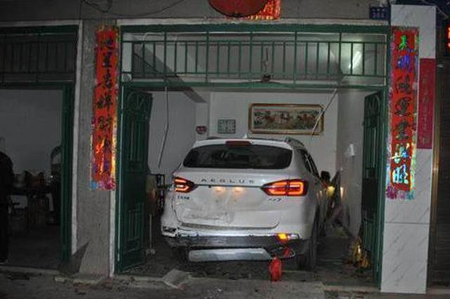 男子倒车误把油门当刹车 连擦3车后冲进自家撞伤3人