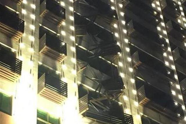 荆门男子遇惊险一幕 从10楼坠落倒挂6楼窗外