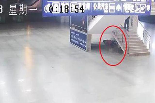 打工男子偷走手机被抓 哀求民警不要告诉八旬老母