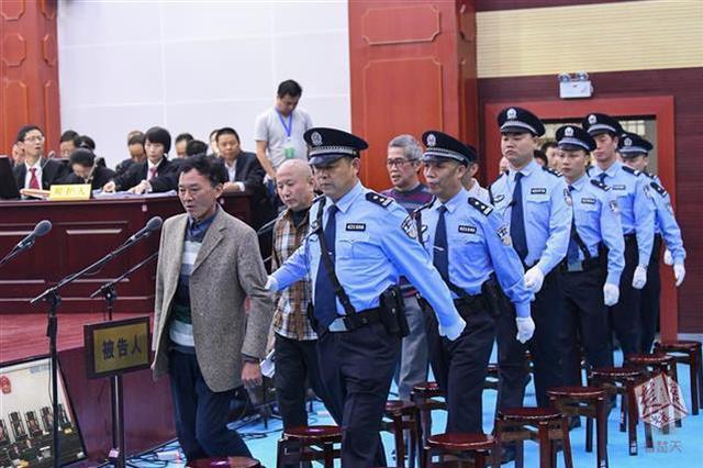 """咸宁公审涉黑""""肉霸""""团伙23人 人数太多将持续审3天"""