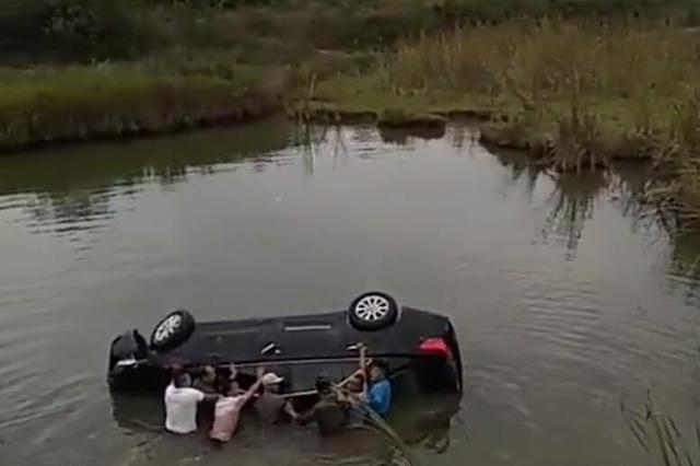 一家三口连人带车冲进水塘 八人跳水中砸窗救援