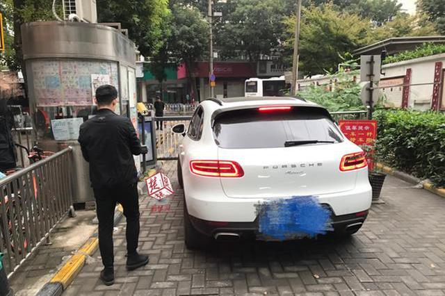 武汉女司机因40元停车费僵持 停车堵小区大门18分钟