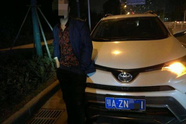 武汉一小车核载5人竟挤9人 后备箱坐3人司机还醉驾