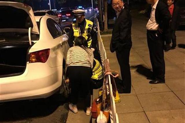 女司机驾车爆胎街头坐等救援 执勤交警帮忙解困