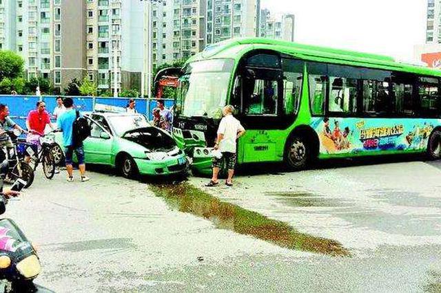 湖北阳新发生惨烈车祸 公交车撞上行人致2死2伤