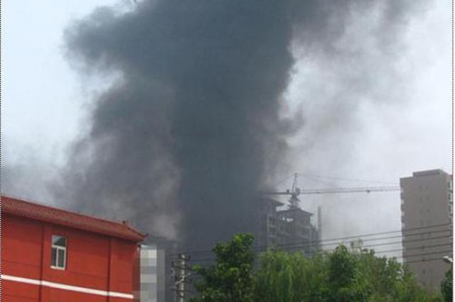 武汉一小区居民房突然起火 现场冒出滚滚浓烟