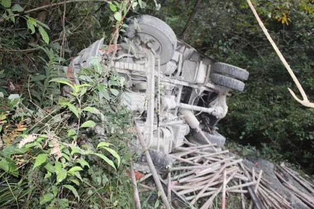 湖北一男子操作农用车不当坠崖 不幸当场身亡