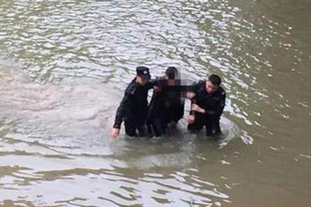 利川一小伙跳河輕生 民警跳入冰冷水中奮勇救人
