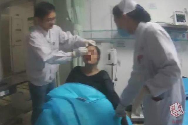 女子脸部有些许擦伤