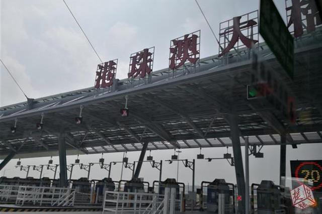 港珠澳大橋通車 湖北老鄉乘首班穿梭巴士直抵香港