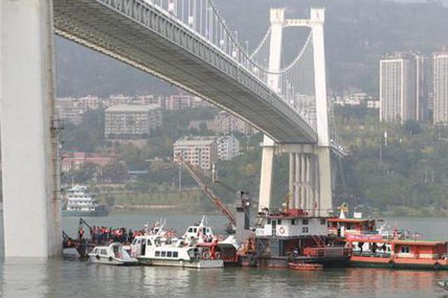 重慶公交墜江現場救援:水下機器人潛30米被迫返回
