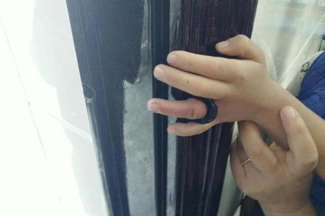 熊孩子手指被卡門閂孔 眾人拆掉門框成功解救