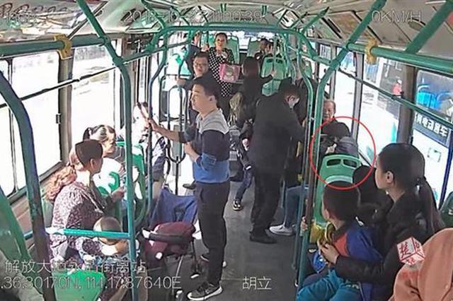 武漢一女子突發疾病休克 公交車改道送醫救治
