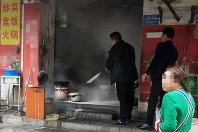 宜都一餐馆失火店主泼水加大火势 过路民警紧急扑灭