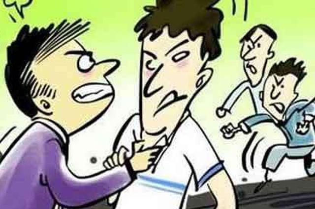 荆州男子与他人发生口角 竟逼迫对方当众下跪