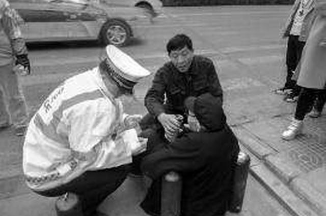 九旬老人上街滑倒谢绝帮助 民警耐心劝上警车送到家