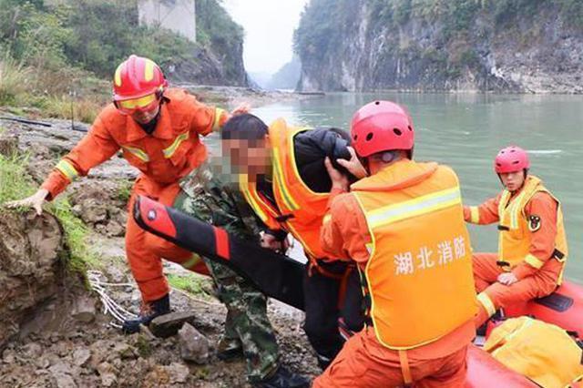 恩施3人冒雨钓鱼遇河水猛涨 其中1人被冲至下游