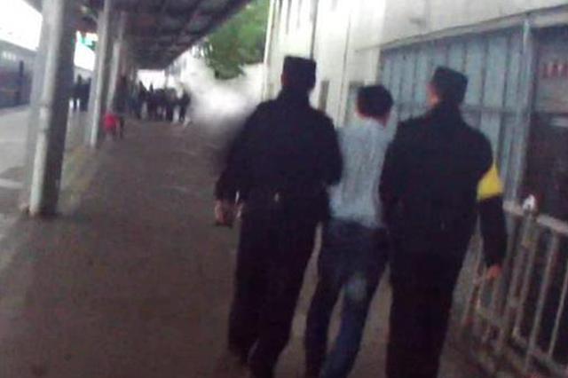恶心!中年男子半夜摸醒另一名男旅客 被铁路警方拘留