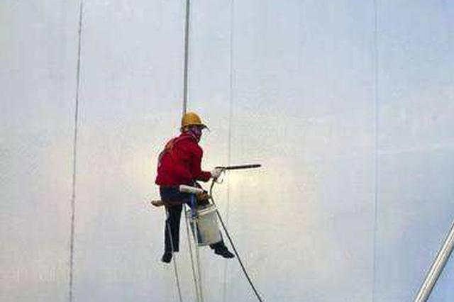 图省事未系安全绳作业 男子从5米高空坠落摔成重伤