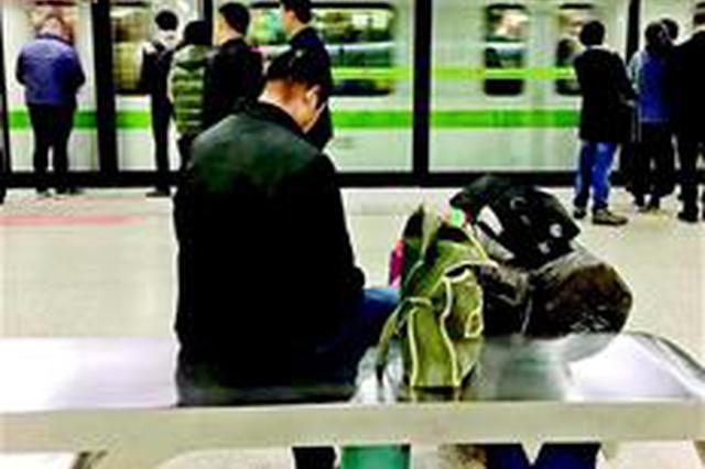 农民工怕行李太多挤到上班族 礼让40分钟才上地铁