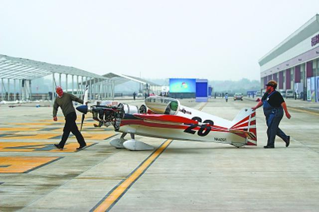 跨国夫妻来汉表演特技飞行 座驾为世界最轻喷气机