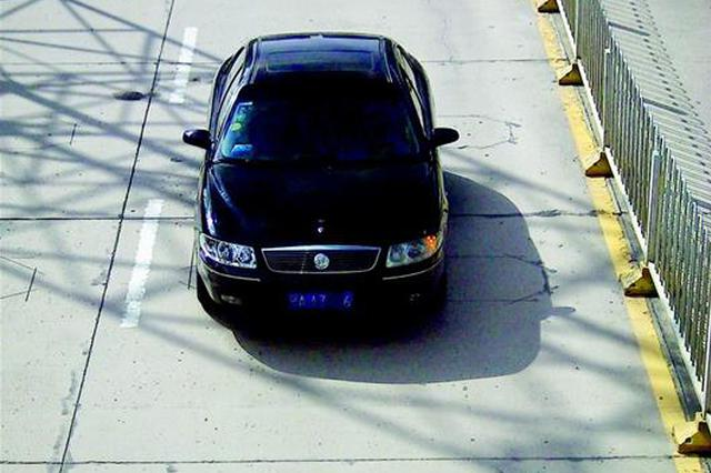 小区3辆车共用一车牌 武汉两个抠邻居双双被拘留