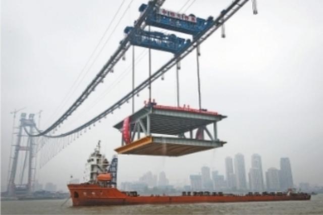 武汉杨泗港长江大桥首个钢梁架设成功(图)