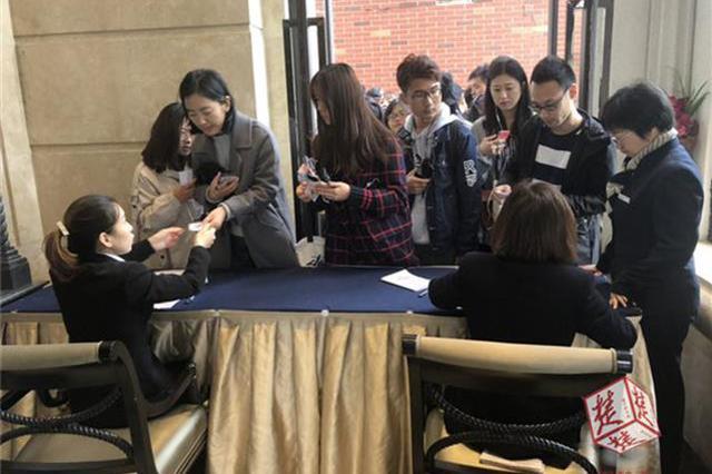 武汉一酒店办积赞活动 千名大学生领券遭拒挤爆酒店