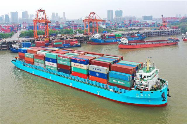 长江中游最大集装箱船首航 一次装1008个标准集装箱