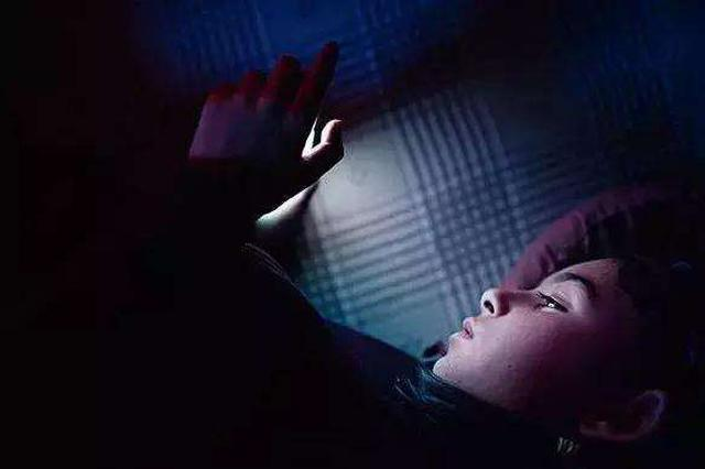 大妈黑夜看手机追剧诱发青光眼 晚上看手机要开灯
