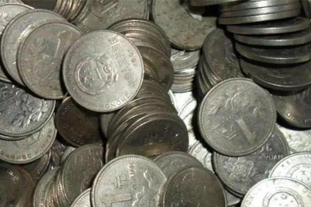 笨贼偷24斤硬币逃跑 跑出1公里累得趴在地被捉