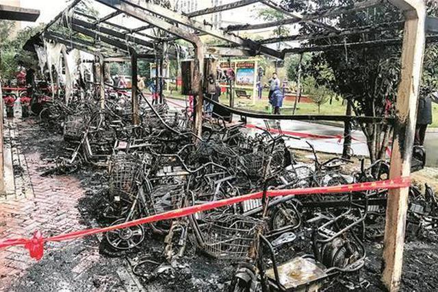 惊险!汉口一车棚凌晨起火 30多辆电动车烧成废铁