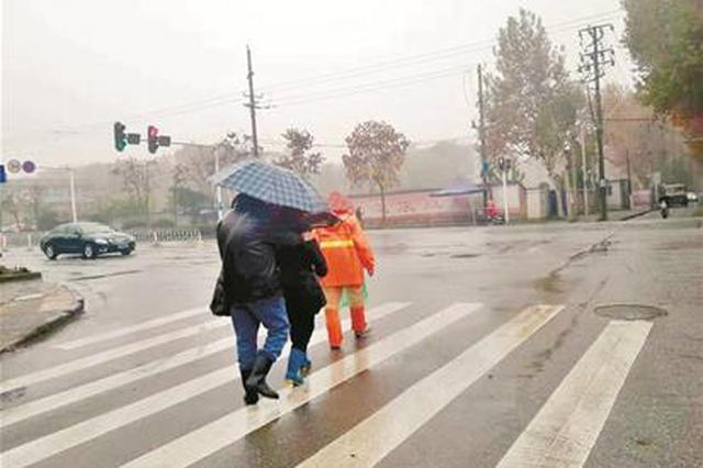环卫工雨中牵引盲人夫妇过马路 抓拍照片引出暖心故事