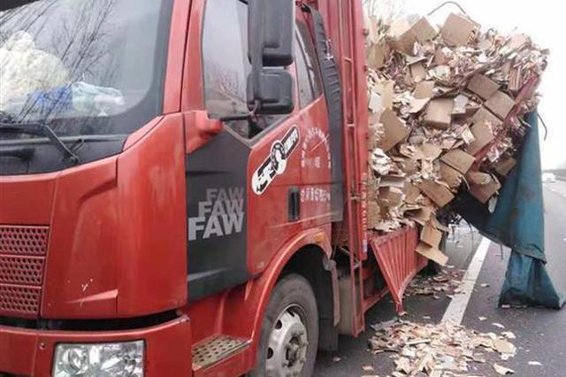 大货车拖运摔炮突发爆炸 纸屑散落路面阻断交通